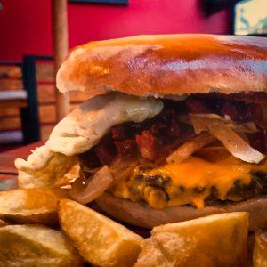 royal runch, hamburguesa, casera, papas fritas
